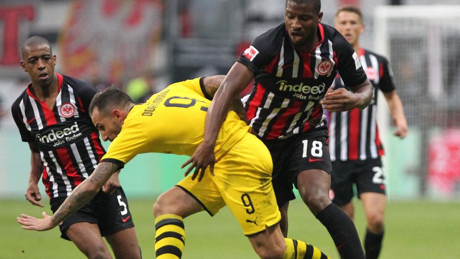Dortmund tat sich gegen die Frankfurter schwer. (Im Bild: Dortmund's Paco Alcacer und Frankfurt's Verteidiger Almamy Toure)