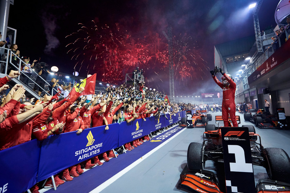 Sebastian Vettel ließ sich nach seinem Sieg in Singapur gebührend feiern.