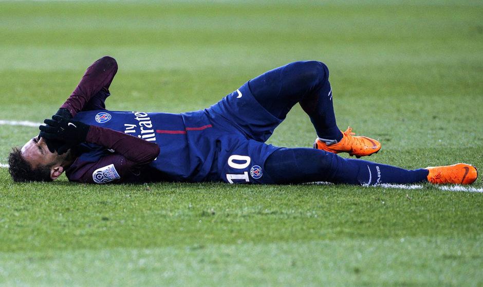 Zehn Minuten vor Spielende knickte Neymar gegen Marseille ohne Fremdeinwirkung um und blieb mit schmerverzerrtem Gesicht am Rasen liegen.