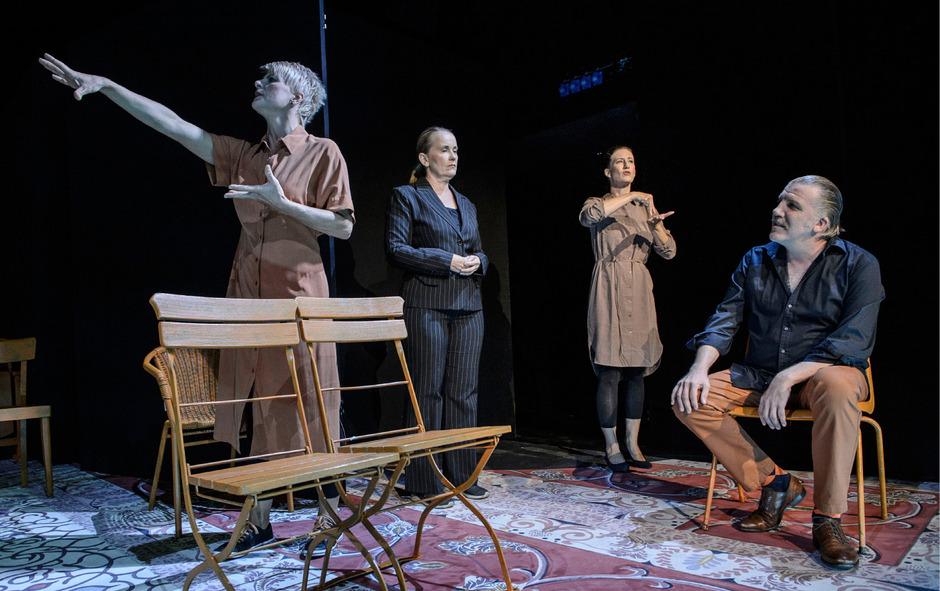 """Schauspieler (Antje Weiser, links, und Jan-Hinnerk Arnke) und ihre """"Stimmen"""" für Gehörbeeinträchtigte: Claudia Bair und Caroline Bergsleitner."""