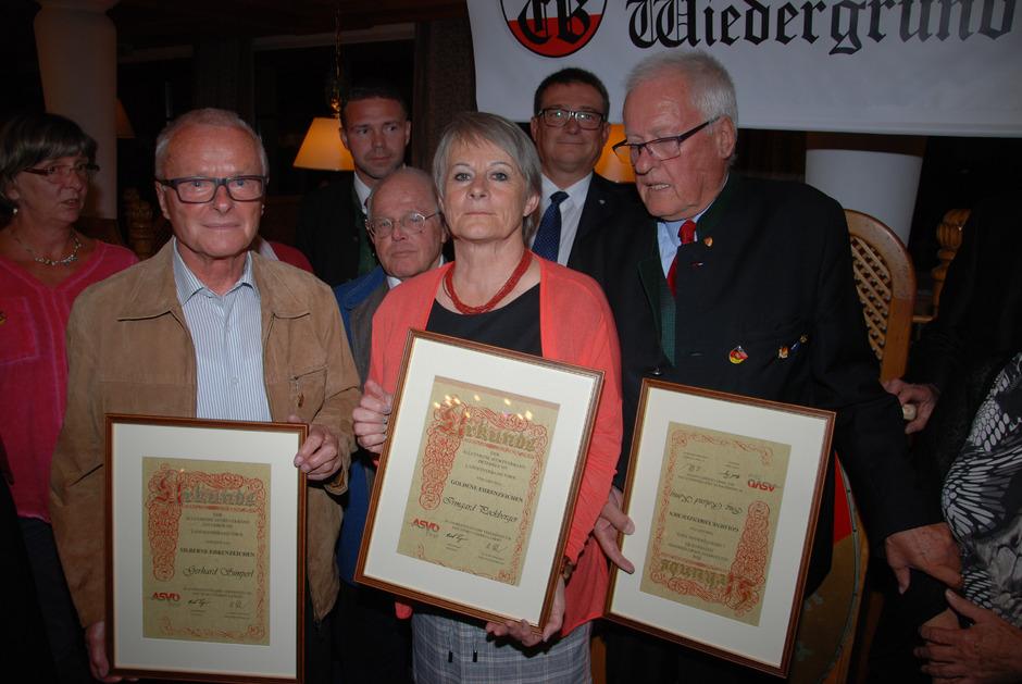 Verdiente Funktionäre bzw. Vorturner des Turnvereins Jahn durften sich über Ehrenzeichen des Allgemeinen Sportverbandes Österreich (ASVÖ) freuen: Gerhard Simperl, Irmgard Pockberger, Roland König (v.l.).