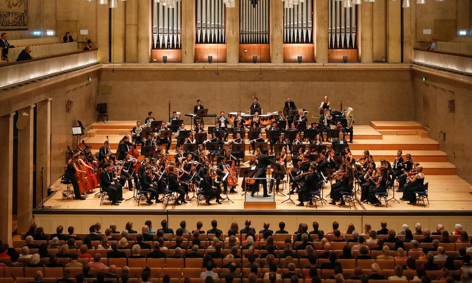 Die Neue Philharmonie München tritt normalerweise in Rom, Peking oder Kassel auf. Nach Sillian führte sie ein Zufall.