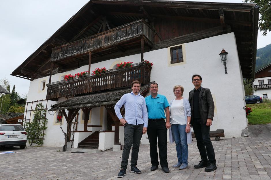 Sebastian Lackner, Bürgermeister Andreas Pfurner, Vize-BM Gertraud Oberbichler und Historiker Martin Kofler (v.l.) haben die Ausstellung im Schlemmer-Haus und im Pitterle-Wohnhaus organisiert.
