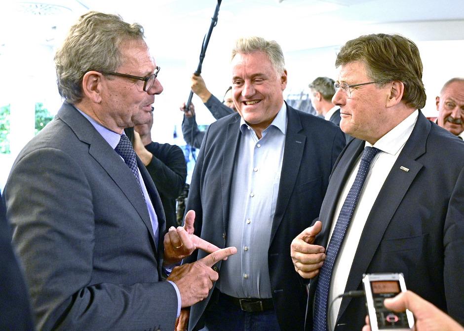 Der Chefverhandler der Arbeitgeber, Johannes Collini, Karl Dürtscher (GPA-djp) und Gewerkschafter Rainer Wimmer (Pro-GE) anässlich der Übergabe der Forderungen der Gewerkschaften an die Industrie am Montag.