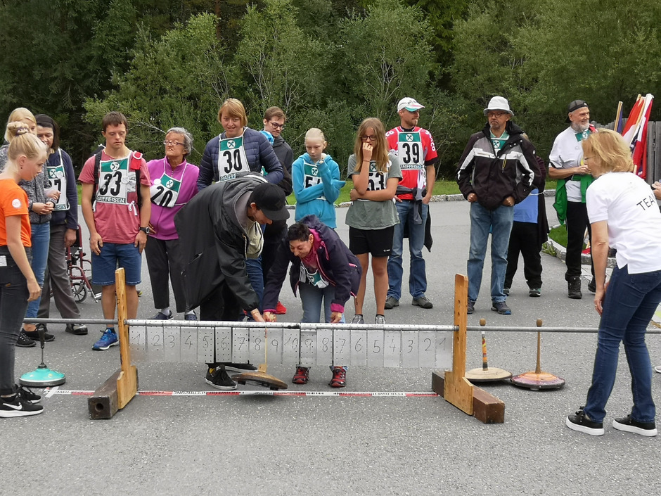 """Bei den Sommerspielen des Vereins """"Integration durch Sport"""" stand heuer unter anderem Stockschießen auf dem Programm."""
