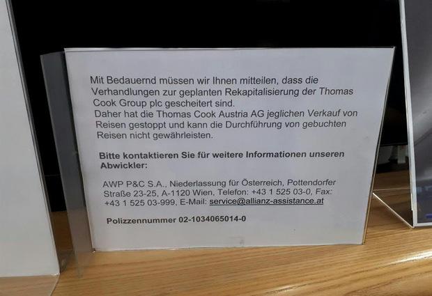 Ein Hinweisschild am unbesetzten Thomas Cook-Schalter am Flughafen Wien-Schwechat.