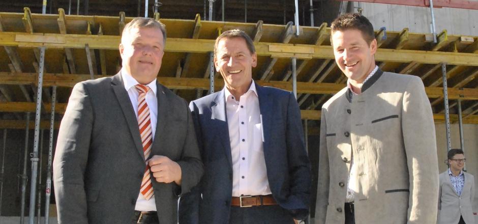Landesrat Bernhard Tilg mit den beiden Bürgermeistern Paul Sieberer aus Hopfgarten und Josef Kahn (v.l.) aus Itter bei der Firstfeier.