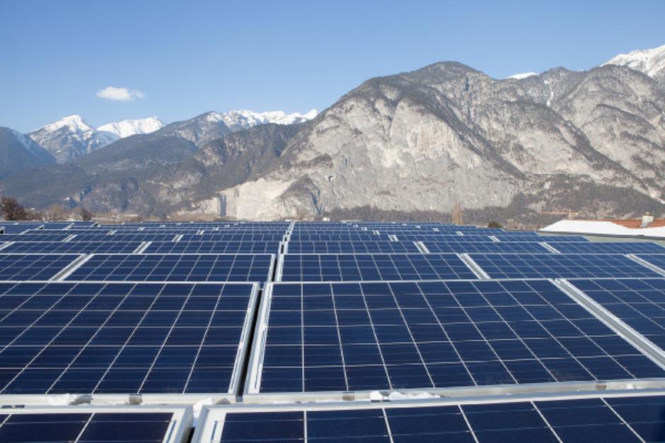 Die Photovoltaikanlage verwandelt Sonnenstrahlen in Ökostrom. Dieser wird entweder sofort im Betriebsgebäude genutzt oder am Wochenende im innovativen Salzwasser-Batteriespeicher zwischengelagert.