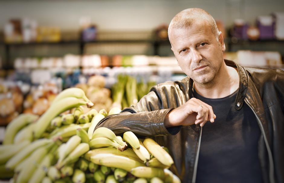 Eine nur scheinbar harmlose Lieferung Bananen steht am Beginn von Bernhard Aichners neuem Buch.