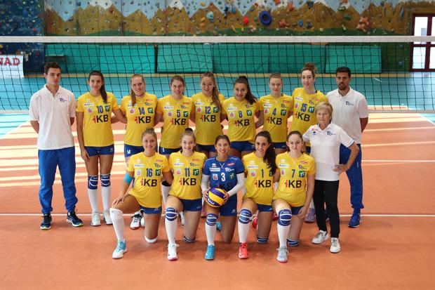 Auf geht's ins 20. Bundesliga-Jahr: die Damen vom VC Tirol mit Neo-Coach Facundo Morando (r.).