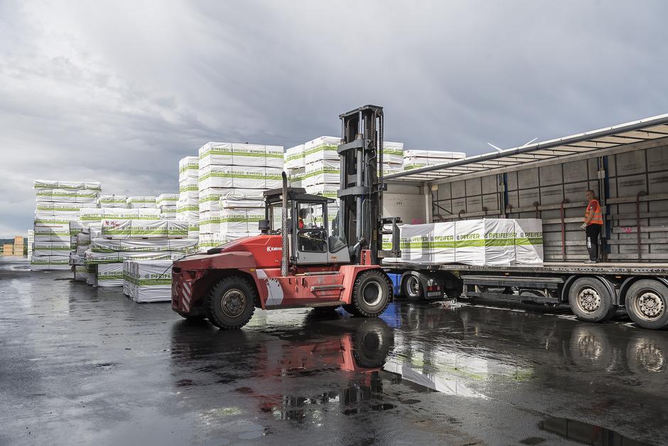 Das Be- und Entladen der Lkw erfolgt nach wie vor in den jeweiligen Produktionsstätten.