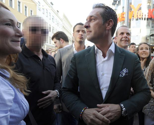 Strache und sein damaliger Leibwächter Oliver R. (verpixelt) bei einer Wahlkampfveranstaltung im Jahr 2014. Oliver R., von Beruf Polizist, soll sehr viel Material gegen Strache gesammelt haben.