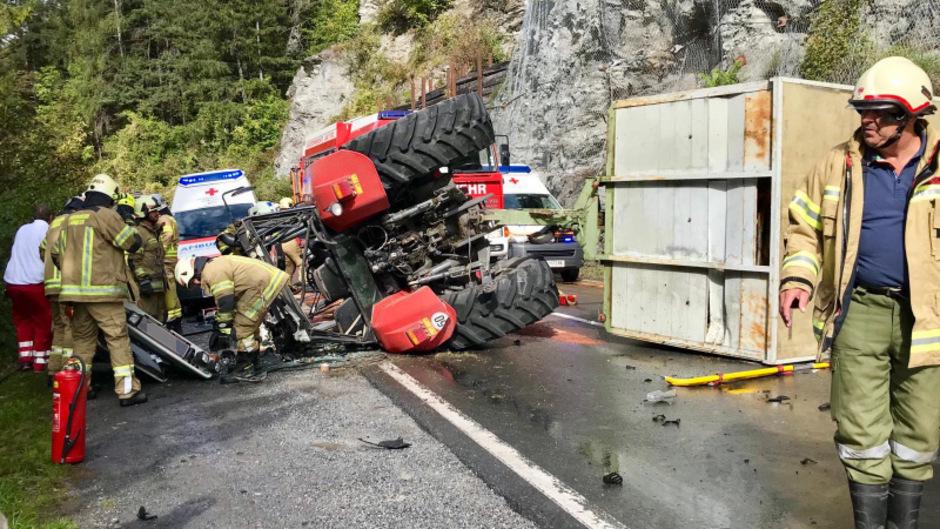 Der Traktor und der Anhänger blieben auf der Seite liegen. Drei Motorradlenker konnten nicht mehr ausweichen.