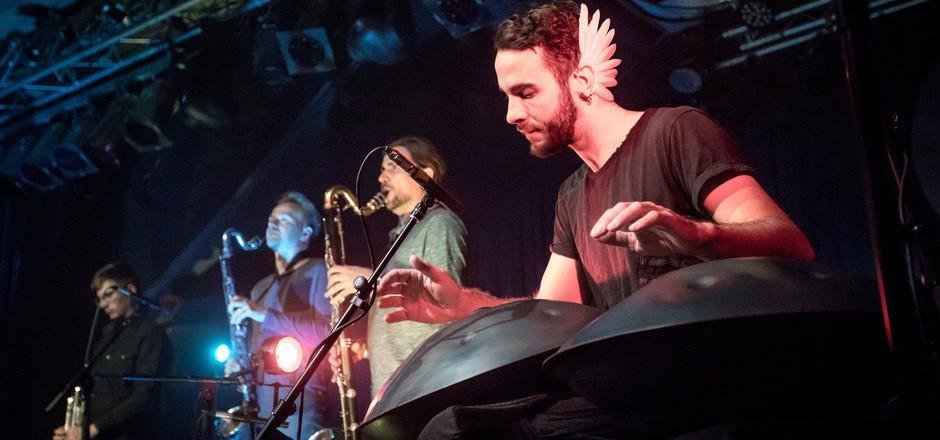 """Manu Delago (r.) und sein Ensemble gastierten zur Premiere des Albums """"Circadian"""" im Treibhaus."""
