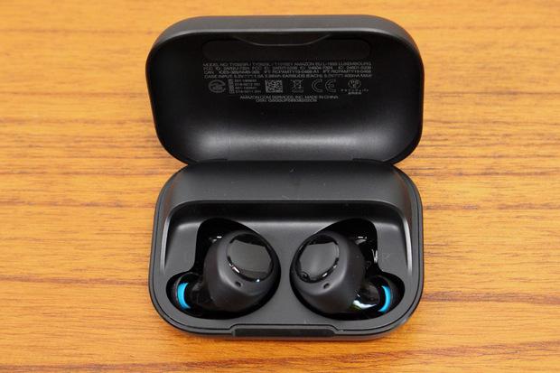Mit den ersten Alexa-Ohrhörern stößt Amazon zudem in eine neue Produktkategorie vor, die bisher von Apples AirPods dominiert wird.