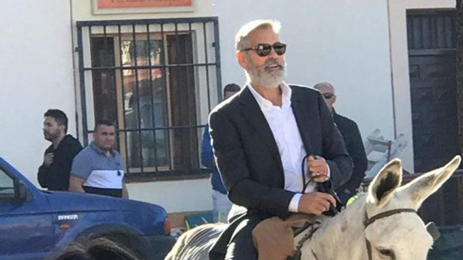 George Clooney auf einem Esel: Dieser Anblick erregte Aufsehen in der spanischen Ortschaft.