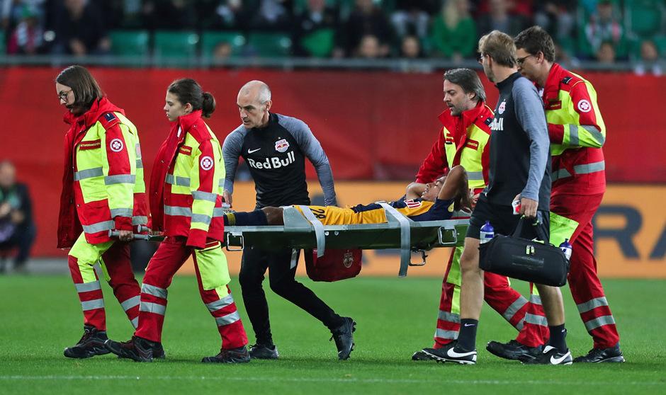 Salzburgs Bernede wurde schwer verletzt vom Platz abtransportiert.