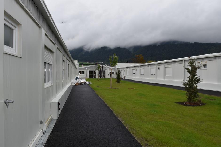 Im Innenhof der flexiblen Wohneinheit in Schwaz wird noch an der Terrasse gebaut.