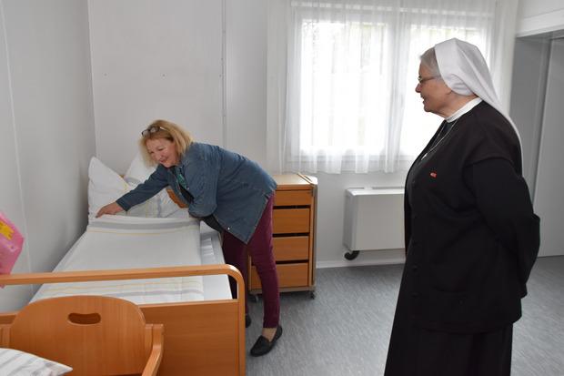 Drinnen legen die freiwillige Helferin Elfriede Ismaili (l.) und Generaloberin Maria Gerlinde Kätzler beim Einrichten Hand an.