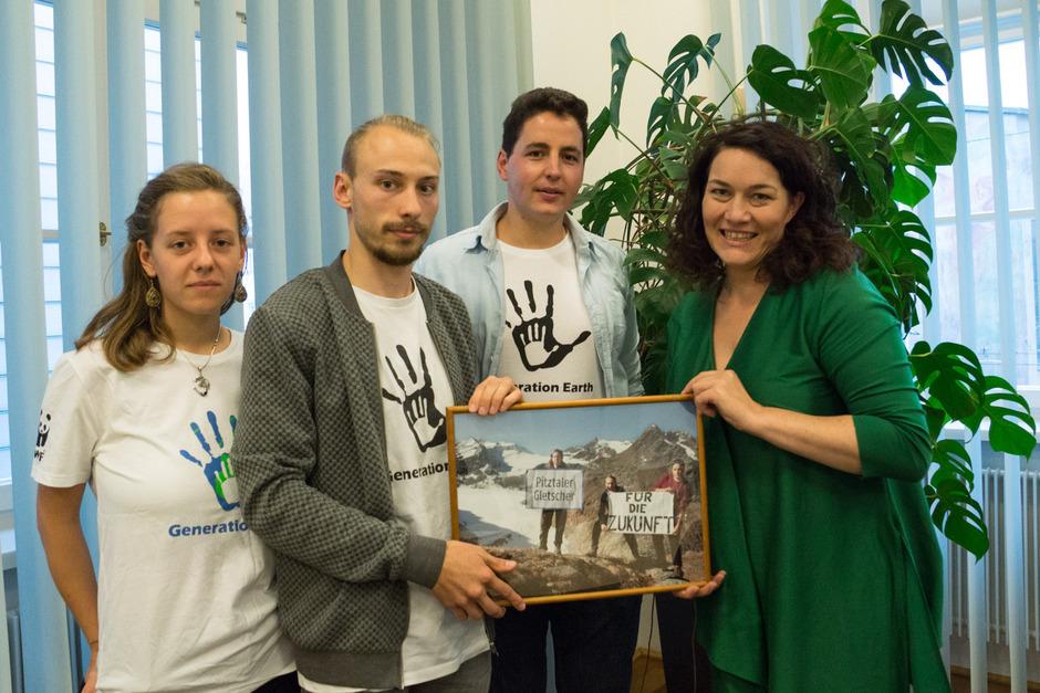 Die Jugendlichen – hier mit Ingrid Felipe – fordern mehr Gletscherschutz.