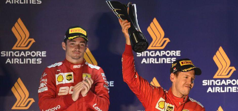 Sebastian Vettel jubelte in Singapur über den Sieg, Teamkollege Charles Leclerc applaudierte im Hintergrund verhalten.