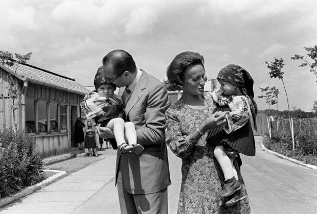 Chirac mit seiner Frau Bernadette, die er zeitlebens siezte, und den gemeinsamen Töchtern.