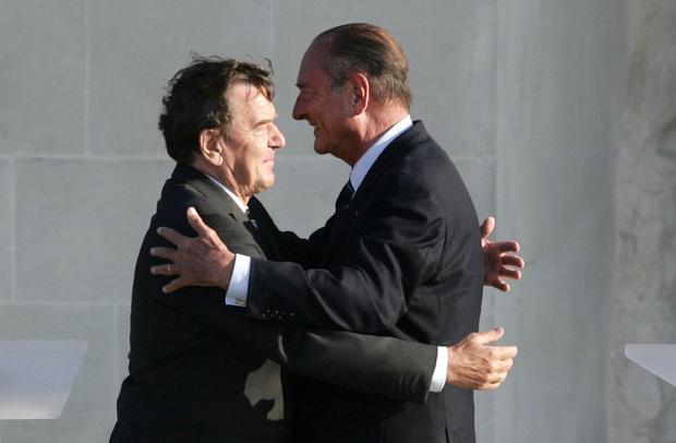 Chirac stemmte sich als Präsident im Jahr 2003 zusammen mit dem damaligen deutschen Kanzler Schröder gegen den US-Einmarsch im Irak.