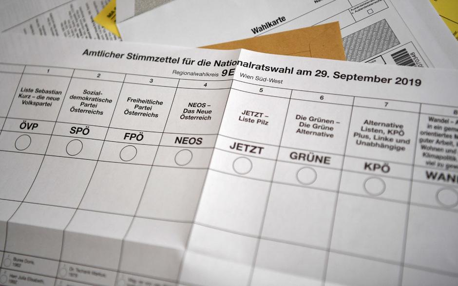In Tirol treten neun Parteien an. Um 17 Uhr schließen die letzten Wahllokale, bald danach gibt es erste Prognosen.
