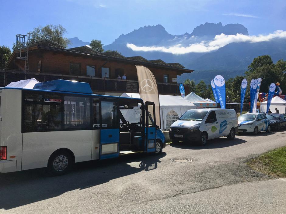 In der Ausstellung in Dölsach wurden neben Pkws auch ein Bus sowie Transportfahrzeuge mit Elektroantrieb