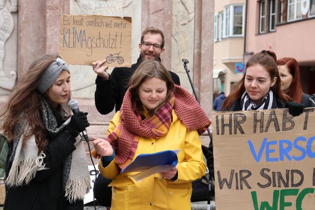 Anna-Lena Habsburg (l.) und Anna Perktold (Mitte) sind zwei der sechs Organisationsmitglieder, die seit Februar die Freitagsdemos in Tirol am Laufen und am Leben halten.