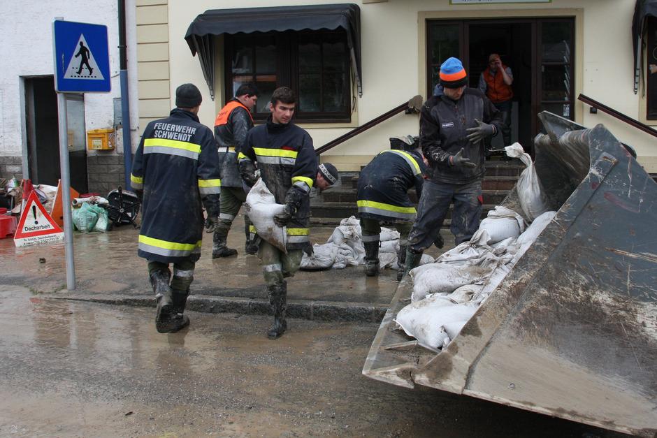 Freiwillige im Hochwassereinsatz in Kössen. Allein die Freiwillige Feuerwehr hat als Tirols größte Einsatzorganisation rund 30.000 Mitglieder.