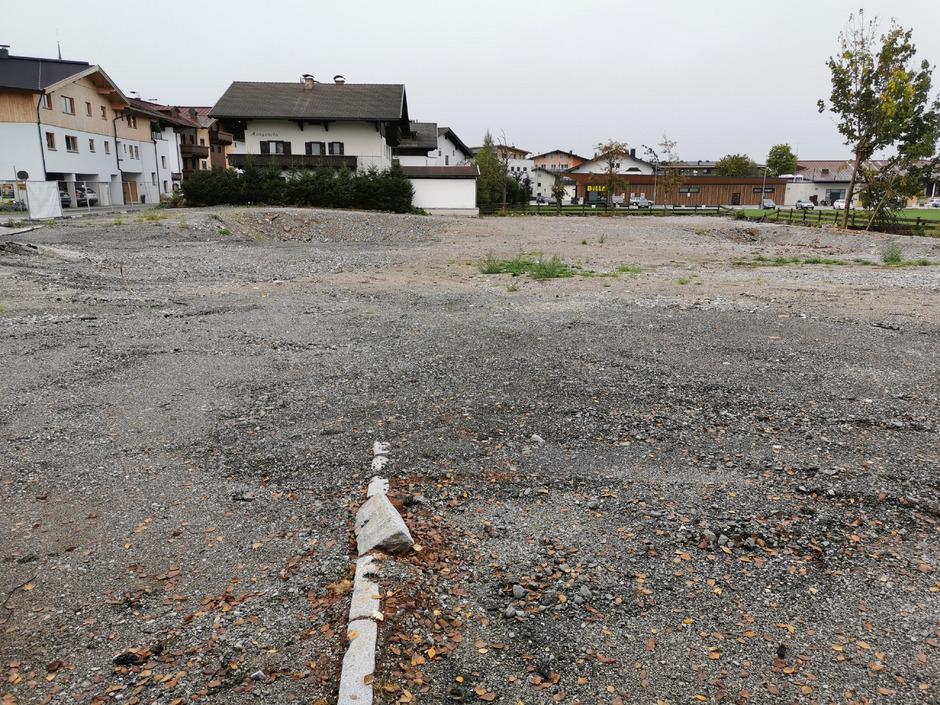 Noch klafft eine große Lücke im Westendorfer Ortsbild, hier soll ein Hotel-Projekt entstehen.