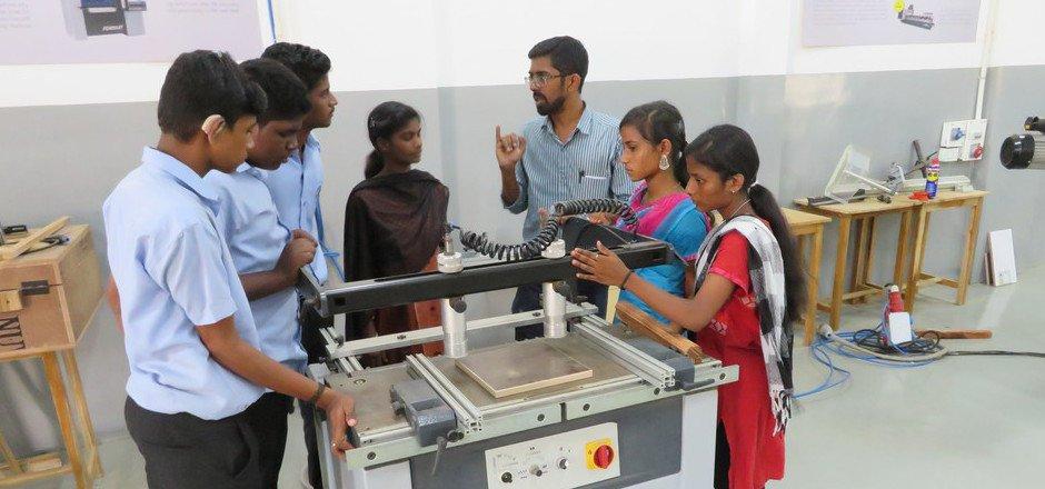 Mädchen und Burschen machen am Don Bosco Technical Campus in Chennai die Ausbildung in der Holzverarbeitung und haben bessere Jobchancen.