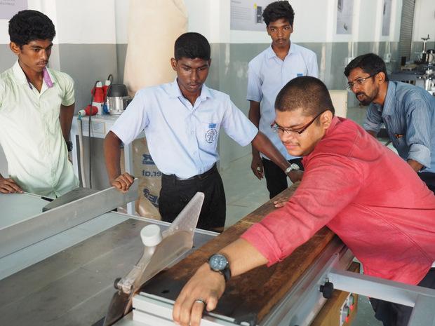 Die Ausbildungen – zum Tischler oder zum Maschinenbediener – sind praxisnah, jährlich absolvieren 25 Jugendliche den Lehrgang.