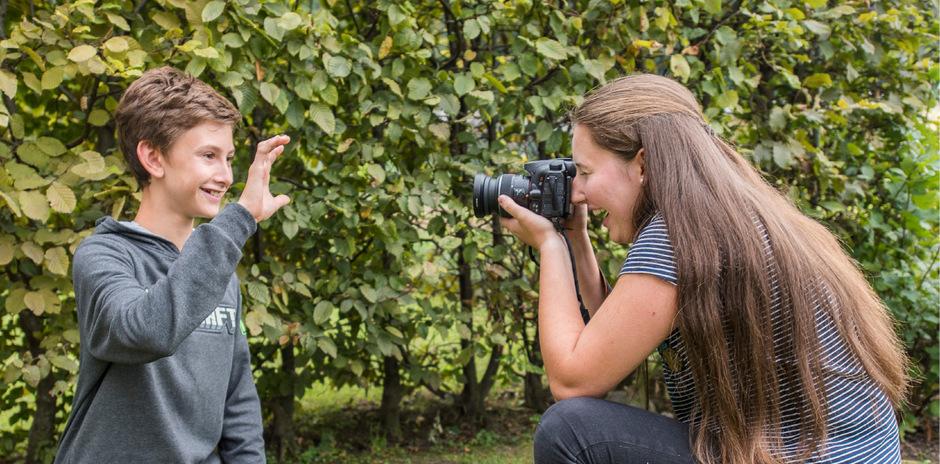 Theresa Nairz hinter und ihr Bruder Matthias vor der Linse sind beim Fotografieren ein eingespieltes Team.