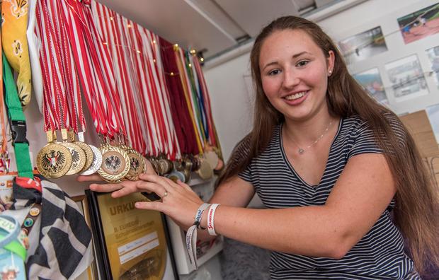 Gut belichtet: Theresa Nairz zeigt ihre Foto-Medaillen.