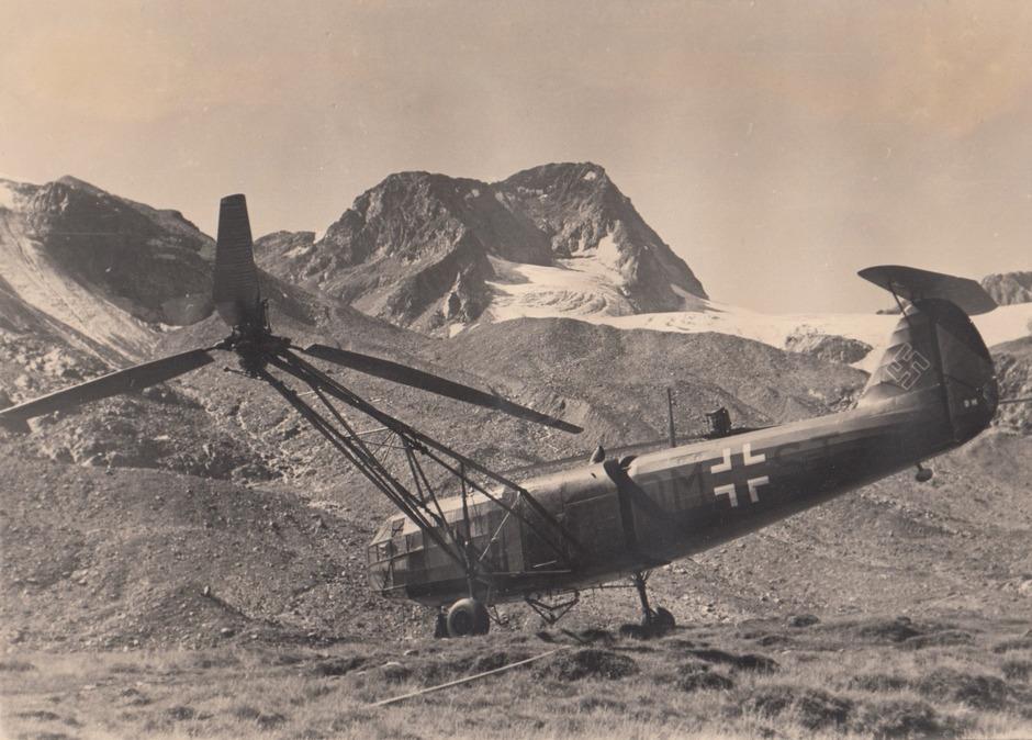 """Auf dieser raren Aufnahme ist die Landung eines """"Fa 223""""-Hubschraubers unweit der Dresdner Hütte zu sehen."""