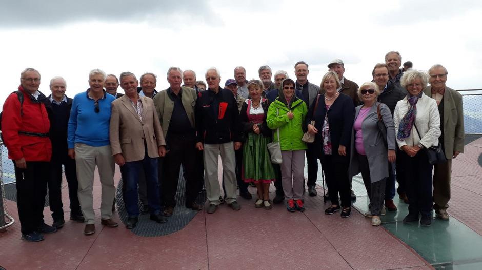 20 ehemalige Bürgermeister aus dem Bezirk Kitzbühel mit Andrä und Andreas Brandtner auf der Aussichtsplattform auf der Steinplatte.