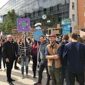 Erstmals mischte sich auch Bischof Hermann Glettler unter die Klima-Aktivistem und war Teil des Demo-Zugs.