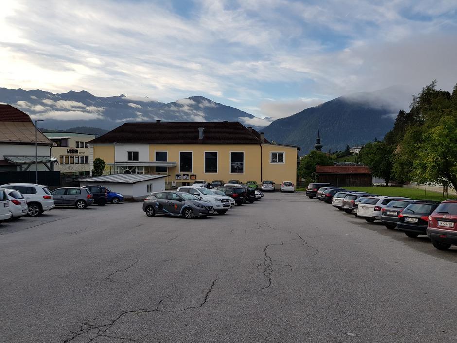 Der Widum-Parkplatz hinter dem Imster Pfarrsaal soll in gut zwei Monaten gebührenpflichtig werden.