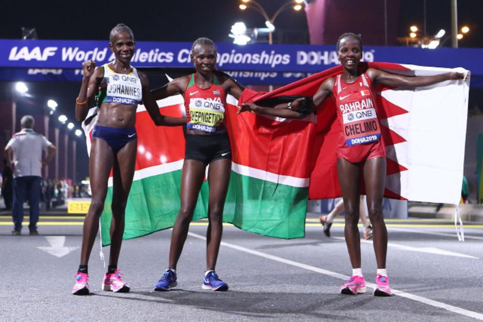 Weltmeisterin Ruth Chepngetich (Mitte) feierte mit Silbermedaillen-Gewinnerin Rose Chelimo (r.) i und der Drittplatzieren Helalia Johannes (l.).