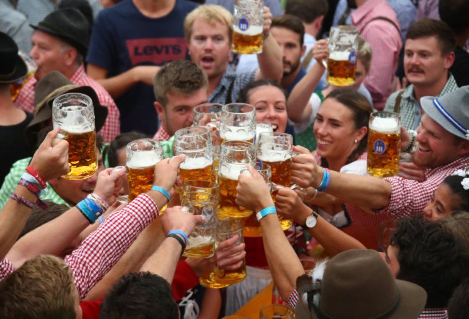 Die Preise für Essen und Trinken sind in diesem Jahr wieder gestiegen. Wiesnbesucher zahlen 11,50 Euro pro Maß, 8,70 Euro für Wasser und bis zu 12,70 Euro für ein Brathendl. Der Eintritt auf das Volksfest ist kostenlos.