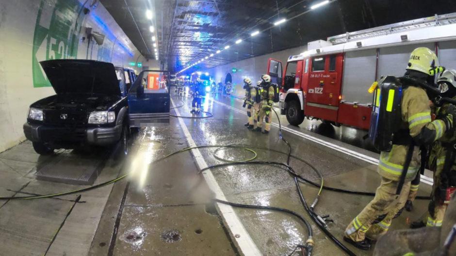 Gegen Mittag hatte das Auto Feuer gefangen.