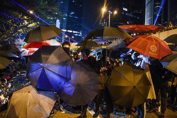 """Die """"Regenschirmbewegung"""" erhielt ihren Namen anlässlich der Demokratiebewegung in Hongkong im September 2014. Demonstranten setzten damals Schirme gegen Sonne, Regen und das Pfefferspray der Polizei ein."""