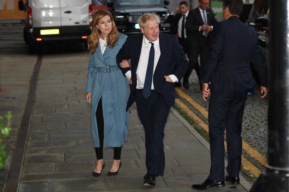 Premierminister Boris Johnson mit seiner Partnerin Carrie Symonds in Manchester.