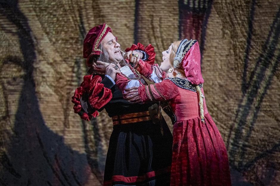So wird das nichts. Kaiser Maximilian I. (Reinwald Kranner) versucht sich seine Frau Bianca Maria Sforza (Jil Clesse) vom Hals zu halten.