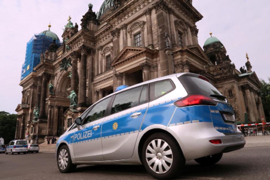 Ein Polizeiauto in Berlin. (Symbolbild)