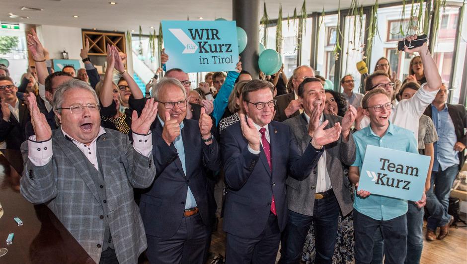 Jubelstimmung und freudige Gesichter bei der Tiroler ÖVP auf der Wahlparty im Innsbrucker Arkadenhof.