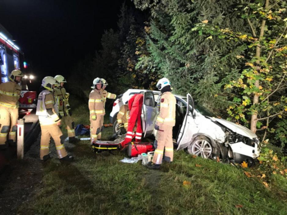 Das Auto wurde gegen einen Baum geschleudert.