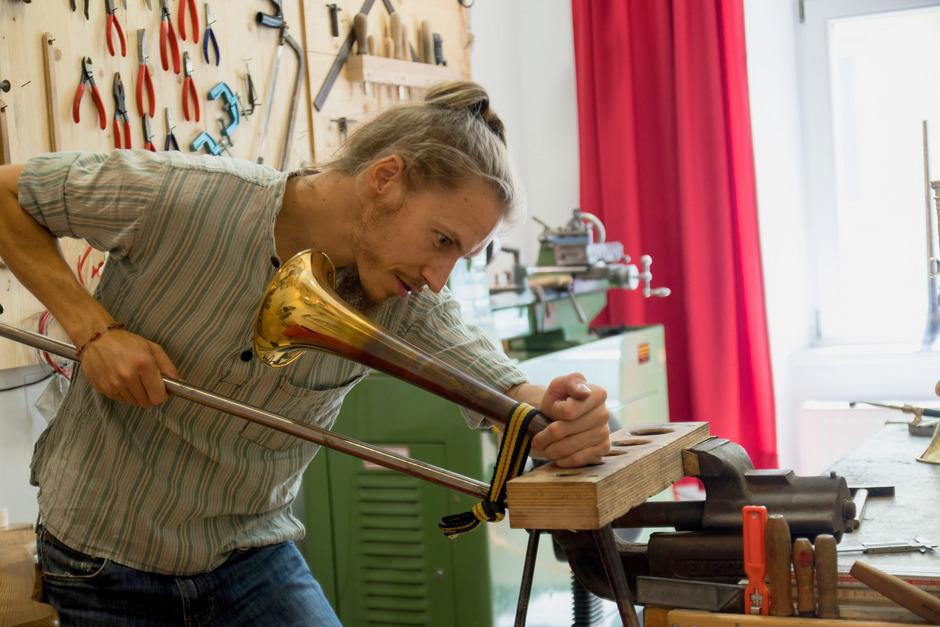 Der in Innsbruck ansässige Blechblasinstrumentenbauer Benedikt Sonnleitner ist nur einer von 20 kreativen Tiroler Handwerkern, die im neuen Prachtband vorgestellt werden.